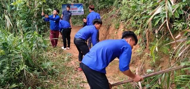 Ảnh: Đoàn viên ra quân phát dọn vệ sinh các tuyến đường lên thôn.